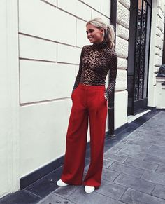 55 Ways to Wear Stylish and Comfy Wide Leg Pants You Should to Copy Palazzo Pants Outfit, Red Trousers Outfit, Outfit Pantalon Rojo, Wide Leg Palazzo Pants, Trouser Outfits, Red Pants, Wide Leg Pants, Leopard Pants Outfit, Leopard Scarf