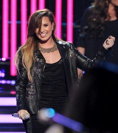 Demi Lovato performing on the American Idol finale 21-Mayo-2014.