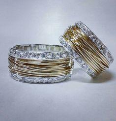 Alianças Enrrolados! Base em ouro branco com fios de ouro...muitos diamantes.  Gostou? +55(11)97165-7739  nb.rodrigo@gmail.com  Pagamento em até 10x no cartão .