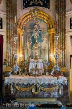 """chateau-champ-de-bataille- La Chapelle: l'arrangement de l'autel date de l'époque du duc de BEUVRON et a été dessiné, selon toute vraisemblance, par GABRIEL. Sur le maître-autel sont posés des objets d'argent consacrés au culte. La croix au centre fut un cadeau de la duchesse D'ANGOULËME, fille de Louis XVI, au DUC DE BLACAS, ministre de Louis XVIII et de Charles X et créateur du """"Musée égyptien"""" au Louvre."""