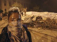 3 de junho - Manifestante cobre o rosto com plástico para se proteger de bombas de gás lacrimogênio durante confronto com a polícia em Istambul. (Foto: Thanassis Stavraki/AP)