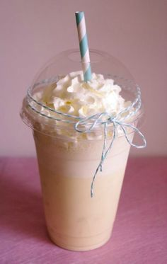 Starbucks frappuccino vanille maison – I Love Cakes Starbucks Frappuccino, Copo Starbucks, Vanilla Frappuccino, Starbucks Vanilla, Starbucks Recipes, Coffee Recipes, Starbucks Coffee, Cocktails Vodka, Oreo