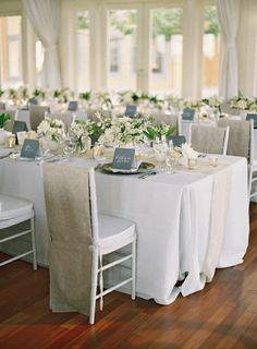 housses de chaise mariage jetable et une nappe de mariage blanche avec fleurs