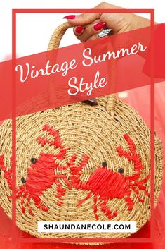 This line of vintage woven handbags will bring some classey summer fun to your casual day out! Modern 50s Fashion, Retro Fashion 50s, Summer Handbags, Summer Bags, Summer Fun, Vintage Inspired, Vintage Style, Retro Vintage, Beach Fashion