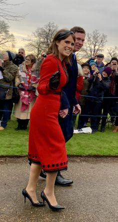December 2018 ~ HRH Princess Eugenie and her husband, Mr. Jack Brooksbank, join the British royal family for the walk to St. Mary Magdalene Church at Sandringham where they will join HM Queen Elizabeth II for the Christmas Day church service. Princess Eugenie Jack Brooksbank, Princess Eugenie And Beatrice, Princess Meghan, Princess Charlotte, Sarah Duchess Of York, Duke And Duchess, Princesa Eugenie, Eugenie Wedding, Best Suits For Men