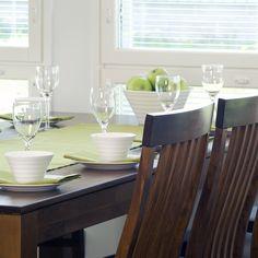 Kesäisen vihreä kattaus ruokapöytään Malli: Merlyn Vaihtoehdot: eri pöytäkokoja ja väri- sekä verhoiluvaihtoehtoja Jälleenmyyjä: Masku-myymälät  #pohjanmaan #pohjanmaankaluste #käsintehty