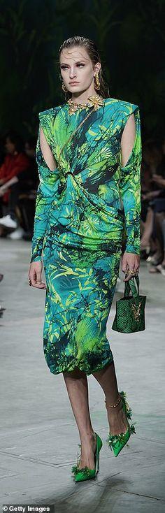 Bold and bright at Versace... 2000s Fashion, Fashion Quiz, Fashion Hacks, Fashion Ideas, Fashion Trends, Vintage Fashion, French Fashion, Retro Fashion, Korean Fashion