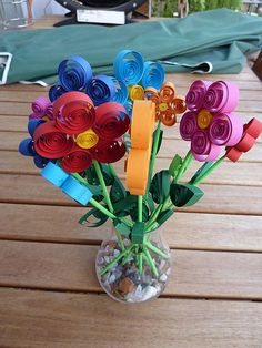 Mother's Day Paper Flower Bouquet - image only. Could also spiral strips of paper and glue onto construction paper, draw in stems, add a paper vase, and a message. Quilling Flowers, Paper Quilling, Diy Flowers, Pretty Flowers, 3d Paper Flowers, Flower Bouquets, Flower Vases, Mother's Day Projects, Craft Projects