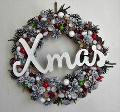 Christmas+wreath+-+masivní+věnec+z+šišek,+žaludů,+bukvic,+suchých+přízdob,+barveno+nezávadnou+akrylovou+barvou+na+bílo,+doplněno+červenými+a+zelenými+dřevěnými+korálky,+umělým+jehličím,+červenými+a+hnědými+žaludy,+skleněnými+baňkami+-+uprostřed+je+velký+dřevěný+nápis+XMAS+-+průměr+cca+39+cm+-+dekorace+v+americkém+stylu Christmas Wreaths, Xmas, Holiday Decor, Home Decor, Christmas Garlands, Yule, Homemade Home Decor, Holiday Burlap Wreath, Christmas Movies