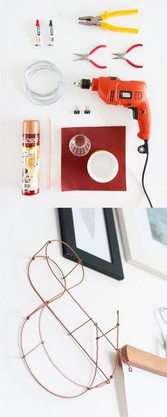 Letra de pared con alambre - historiasdecasa.com.br - DIY Wire Letter Wall Decor