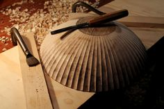 Spoons a Plenty David Fisher, holding a bowl while carving fluting Wood Turning Projects, Small Wood Projects, Scandinavian Bowls, Wood Lathe, Router Wood, Cnc Router, Wood Spoon, Aging Wood, Wood Tools