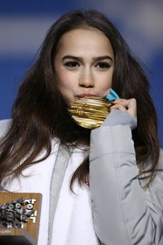 Gold medalist Alina Zagitova of Olympic Athlete from Russia celebrates during the medal ceremony for Figure Skating Ladies' Single Skating on day Figure Skating Olympics, Russian Figure Skater, Alina Zagitova, 2018 Winter Olympics, Women Figure, Ladies Figure, Olympic Gold Medals, Team Events, Medvedeva