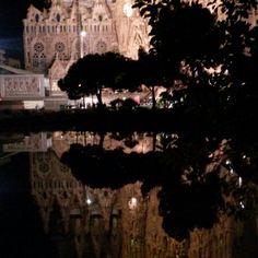 Sagrada Familia reflejada en el lago