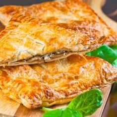Looking for a mushroom pie recipe? Try this deliciously substantial mushroom spinach and feta pie encased in golden flaky puff pastry. Great for vegetarians and meat eaters alike. Greek Recipes, Pie Recipes, Veggie Recipes, Cooking Recipes, Empanadas, Spinach Feta Pie, Feta Pizza, Mushroom Pie, Vegetarian Entrees