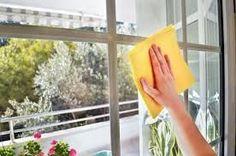 Quando chega a altura de limpar as janelas, o mais comum é utilizar um produto de limpeza que comprou para esse efeito. No entanto muitos dos produtos que se compram para limpar as janelas por mais que se limpe acabam sempre por deixar pequenas manchas. Existe uma mistura caseira que limpa bem as janelas e…