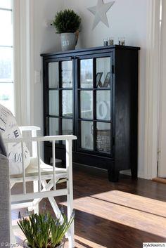 kaappi vanhoista ikkunoista,musta vitriini Black Furniture, Rustic Furniture, Cool Furniture, Furniture Design, Country Interior, Home Interior, Interior Decorating, Interior Design, Painted China Cabinets