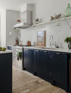farrow and ball hague blue kitchen cabinets Blue Kitchen Cabinets, Kitchen Cabinet Colors, Kitchen Backsplash, Navy Cabinets, Backsplash Marble, Upper Cabinets, Cupboards, Kitchen Countertops, Classic Kitchen