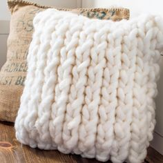 A chunky knit pillow cover that you can pull together in under an hour. This free pattern is perfect for a beginner knitter. No difficult stitches, or counting rows! If you can knit and purl you're al Knitted Cushion Covers, Knitted Cushions, Knitted Blankets, Knitted Cushion Pattern, Diy Cushion Covers, Cushion Ideas, Easy Knitting Projects, Yarn Projects, Knitting For Beginners