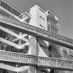 Exterieur met luchtbruggen komend uit de tabaksfabriek richting expeditiegebouw (Schiegebouw).