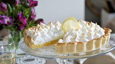 Etwas aufwändiger, die Arbeit lohnt sich: Zitronen-Meringue-Kuchen   http://eatsmarter.de/rezepte/zitronen-meringue-kuchen