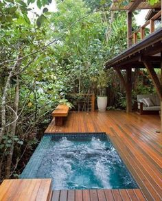 Combining a swimming pool with a deck is a great way to improve your outdoor living space. These swimming pool decks ideas will help you to get one! Spa Jacuzzi, Kleiner Pool Design, Outdoor Bathtub, Outdoor Pool, Small Pool Design, Small Pools, Swimming Pool Designs, Exterior Design, Modern Exterior