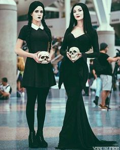 Curated by 🖤 FUN * Cosplay * Horror * Halloween Costume * The Addams Family * Morticia Addams * Wednesday Addams * Ideas & Inspiration * Looks Halloween, Creative Halloween Costumes, Couple Halloween, Halloween Cosplay, Halloween Outfits, Mother Daughter Halloween Costumes, Funny Halloween, Halloween Makeup, Easy Halloween Costumes For Women