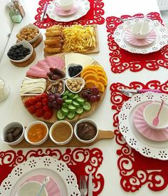 Breakfast Presentation, Food Presentation, Table Plate Setting, Tea Recipes, Breakfast Recipes, Turkish Breakfast, Brunch Table, Iranian Food, Love Eat
