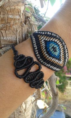 A unique bracelet, made with knots according to the art of macrame. One size, it fits to every wrist. Collar Macrame, Macrame Necklace, Macrame Jewelry, Macrame Bracelets, Micro Macramé, Fiber Art Jewelry, Jewelry Art, Handmade Crafts, Handmade Jewelry