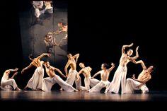 """載譽國際藝壇的台灣""""雲門舞集""""在香港文化中心演出。"""