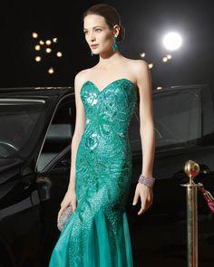 Traje de noche en pedrería color verde esmeralda y escote en forma de corazón. Rosa Clara 2015