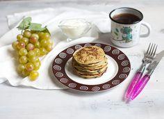 Продолжая тему несладких завтраков, сегодня я приготовила кабачковые оладьи. Эти оладьи мне нравятся тем, что распознать в них кабачок практически невозможно. Их любят и едят даже те, кто кабачки есть