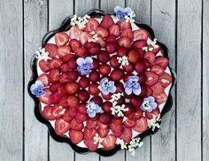 Bag verdens lækreste jordbærtærte! Tærten består af lækker mazarin, mørk chokolade, hjemmelavet vaniljecreme og selvfølgelig jordbær
