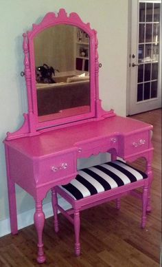 The vanity bench is so perfect! Must create something like this.