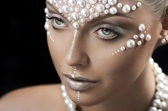 Take your love of pearls to the next level by exploring pastels, pearls, mermaids and make-up! Make Up Looks, Makeup Art, Eye Makeup, Hair Makeup, Alien Makeup, Makeup Geek, Iridescent Lipstick, Glitter No Rosto, Pastel Lips