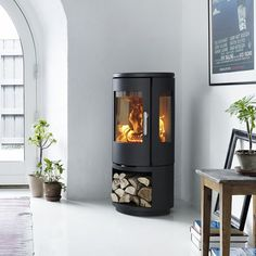 MORSØ 7443 – OPEN BASE Morsø takes the best qualities of modern wood burning stoves and uses them to give the consumer a modern take on a classic design. Modern Wood Burning Stoves, Log Burning Stoves, Wood Stoves, Modern Log Burners, Morso Stoves, Log Burner Fireplace, Wood Burner, Foyers, Interior Exterior