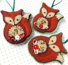 This listing is for one hand stitched Christmas Fox Decoration. The felt fox has been appliqued onto a contrasting felt and features a stitched face with beaded eyes and an applique tummy in coordinating cotton print fabric. Felt Christmas, Diy Christmas Ornaments, Homemade Christmas, Christmas Stockings, Crafts To Make, Arts And Crafts, Fox Ornaments, Fox Crafts, Yule Decorations