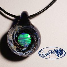 ご覧頂き、ありがとうございます。出品商品は硬質ガラス(ボロシリケイトガラス)という丈夫なガラスで制作したペンダントになります。モチーフの宇宙に浮かぶ惑星は、バ...|ハンドメイド、手作り、手仕事品の通販・販売・購入ならCreema。