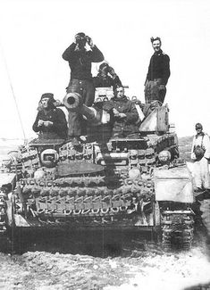 The crew of a Pz.H watches on as the gunner scans the horizon for enemy in the Korsun-Cherkassy area. Panzer Iv, German Soldiers Ww2, German Army, Ww2 History, Military History, Luftwaffe, Germany Ww2, Tank Destroyer, Military Pictures