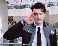Bryan Dechart dressed up as Connor, the android he played for the game. He's quite adorable Bryan Dechart, Sarah Andersen, Chris Evans, Haikyuu, Playstation, Detroit Become Human Connor, Detroit Become Human Actors, Quantic Dream, Becoming Human