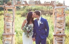 Arche en bois ornée de livres, mariage littéraire romantique