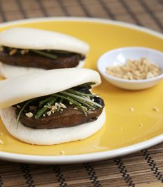 chinese-style portobello mushroom buns (note to self: get dad to make some steamed buns instead of buying frozen) Cooking Chinese Food, Asian Cooking, Portobello, My Favorite Food, Favorite Recipes, Bao Buns, Steamed Buns, Cafe Food, Mushroom Recipes