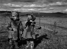 鄂伦春族儿童学习射箭,1954年 庄学本 摄