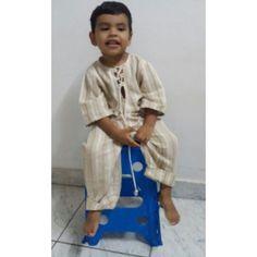 João Vitor em seus primeiros ensaios de modelo,vestindo camisa e calça de tecelagem manual.Esse só por encomenda.