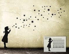 ' **Star Bubble Girl - STERNEN MÄDCHEN** | DIY Streetart Wandsticker Wall Art. Ein Mädchen pustet Seifenblasen, die sich auf wundersame Weise in Sterne verwandeln.  **Kreativ und individuell**...