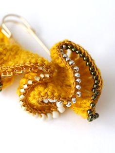 frill crochet pin - crochet brooch