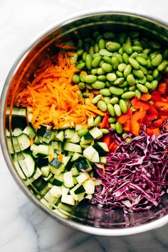 Crunchy rainbow veggies, juicy fresh mango, fluffy quinoa, chili lime cashews, and some creamy peanut dressing. Chow Mein, Clean Eating Snacks, Healthy Eating, Healthy Lunches For Work, Salad Recipes, Healthy Recipes, Crockpot Recipes, Peanut Dressing, Chili Lime