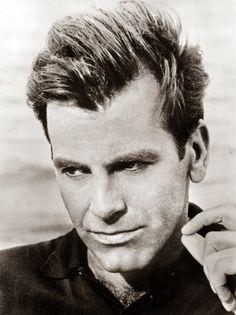 Maximilian Schell(*8. Dezember1930inWien; †1. Februar2014inInnsbruck) war einSchauspieler,RegisseurundProduzentmitösterreichischerund schweizerischerStaatsangehörigkeit. Er gewann1962denOscaralsbester Hauptdarstellerfür seine Rolle inDas Urteil von Nürnberg.