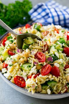 This Greek orzo salad is made with cucumbers chickpeas tomatoes red onion feta and herbs all tossed in a herb dressing. Creamy Pasta Salads, Orzo Salad Recipes, Healthy Pasta Salad, Summer Pasta Salad, Easy Pasta Salad, Healthy Pastas, Healthy Recipes, Vegetarian Recipes, Pasta Recipes