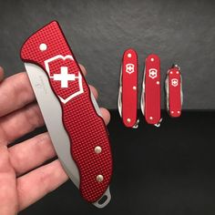 No photo description available. Victorinox Knives, Victorinox Swiss Army Knife, Tactical Knives, Knives And Swords, Folding Knives, Blade, Pocket Knives, Knives, Handmade Knives