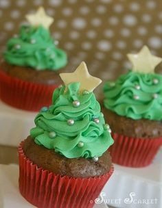 Sweet Scarlet's Cakes and Cupcakes makes a simple but beautiful Christmas tree cupcake using lots of green tinted frosting and a fondant star topper. Use a strawberry on top of the cupcake then use the frosting! Christmas Tree Cupcakes, Christmas Sweets, Christmas Cooking, Christmas Goodies, Simple Christmas, Xmas Tree, Christmas Ideas, Beautiful Christmas, Thanksgiving Cupcakes